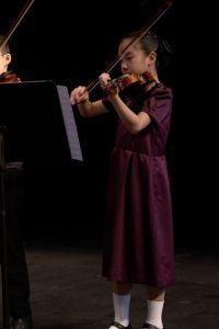 謙柔參加了樂作枋少年弦樂團,喜歡挑戰高難度的她進入了樂團的室樂小組,需要練習難度較高的樂曲。
